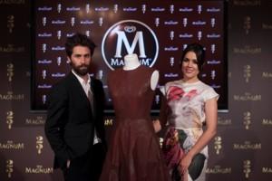 Adriana Ugarte con vestido de la colección spring-summer de Juan Vidal junto al diseñador Juan Vidal_4