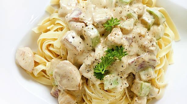 fettuccini-alfredo-con-pollo-a-la-parmesana-613x342