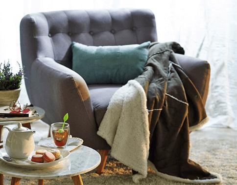 Sofá, manta y mascarillas