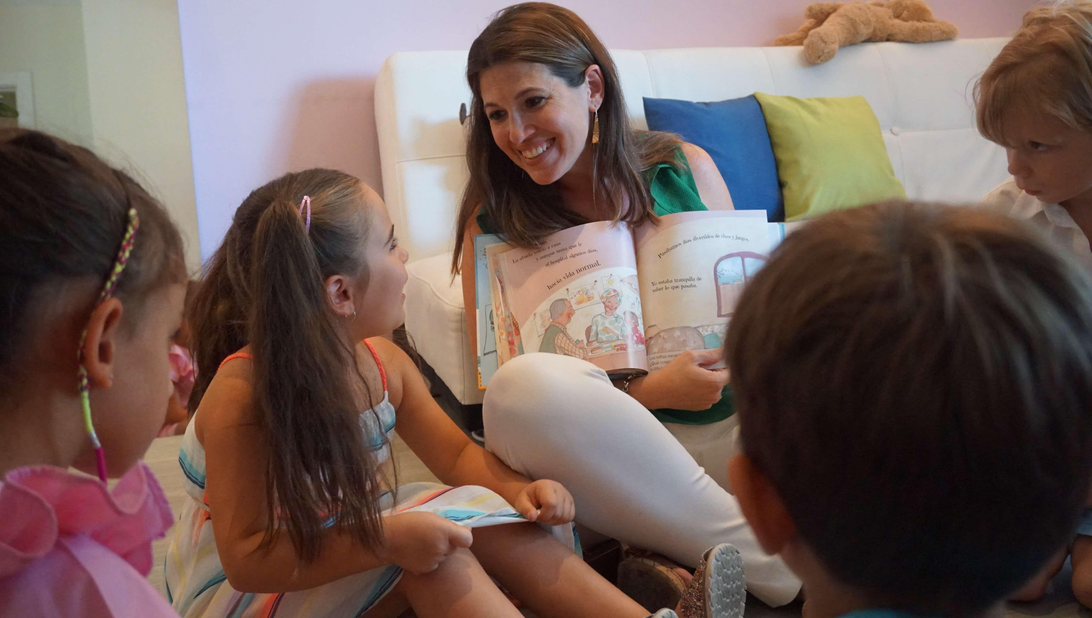 Mónica Fraca Villar rodeada de niños