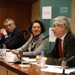 De izquierda a derecha, el exfutbolista y comentarista deportivo Michael Robinson, la Dra. Ruth Vera, presidenta de SEOM, y el Dr. Jaume Galceran, presidente de REDECAN.