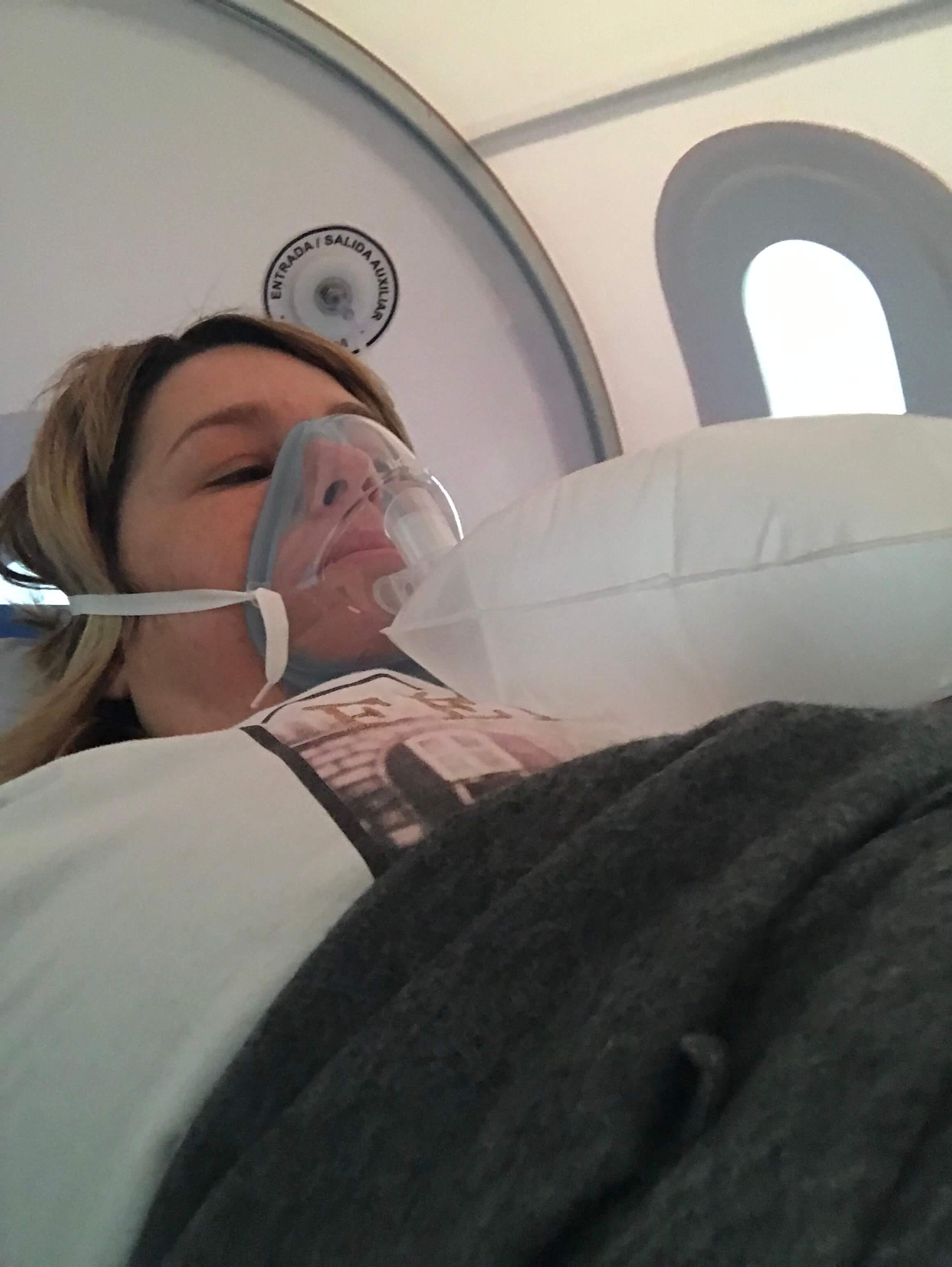 Annabel Arcos Ruiz en una cámara hiperbárica